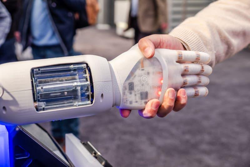 M?nsklig hand och robot som ett symbol av anslutning teknologi mellan folk och f?r konstgjord intelligens royaltyfri foto