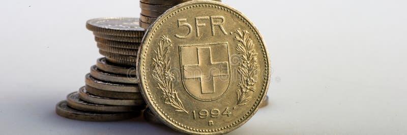 M?nze des Schweizer Franken, die auf einem Stapel M?nzen liegt stockbild