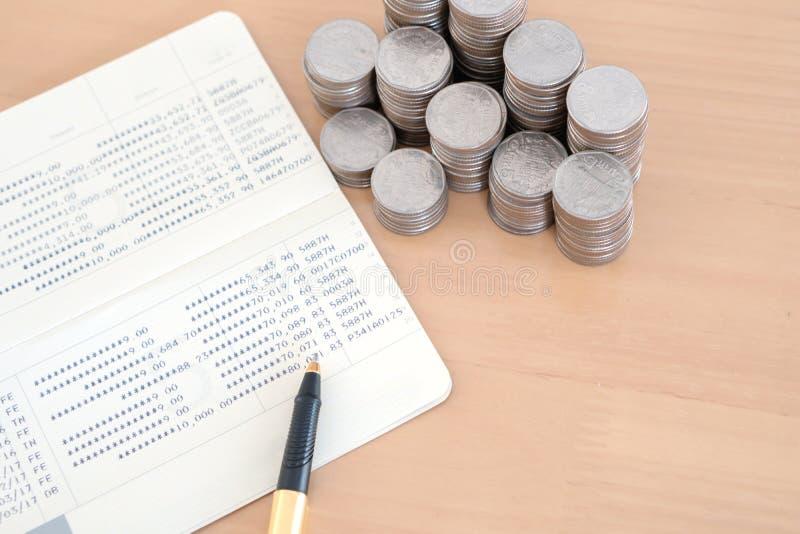 M?nzen und Stift auf Sparkontosparbuch lizenzfreie stockfotos