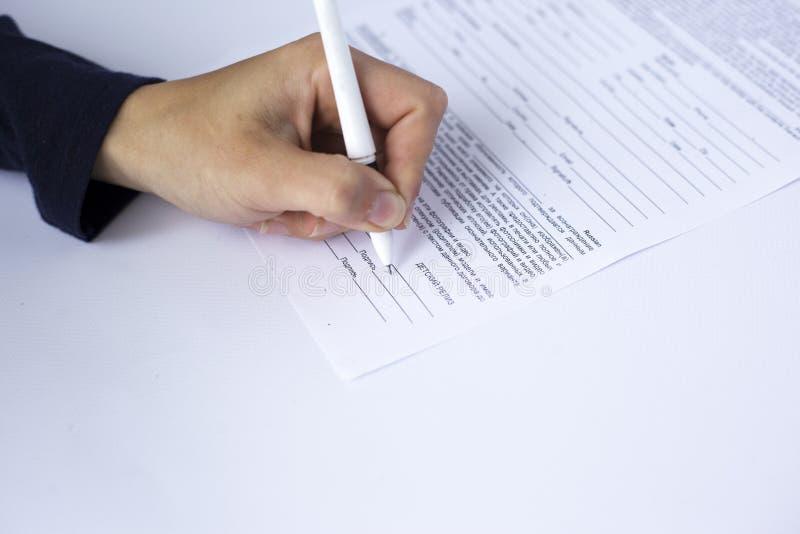 A m?o assina uma placa do documento, contrato libera??o modelo da assinatura foto de stock royalty free