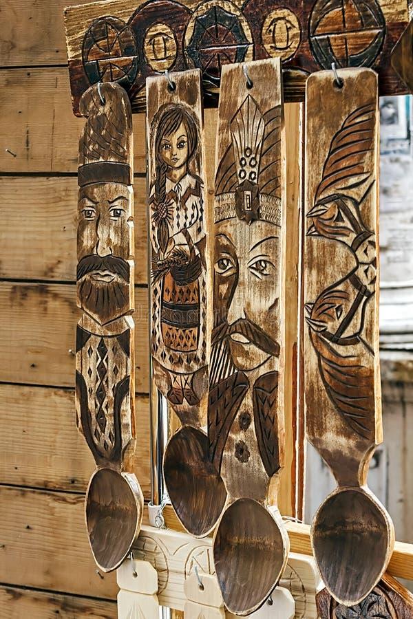 M?o de madeira das colheres gravada fotos de stock