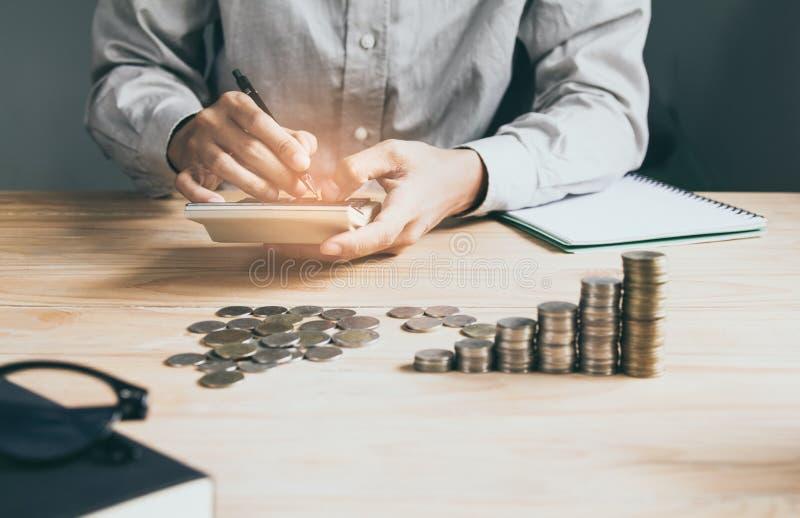 M?o do homem de neg?cios usando a calculadora que calcula o bonusOr a outra compensa??o aos empregados para aumentar a produtivid imagens de stock