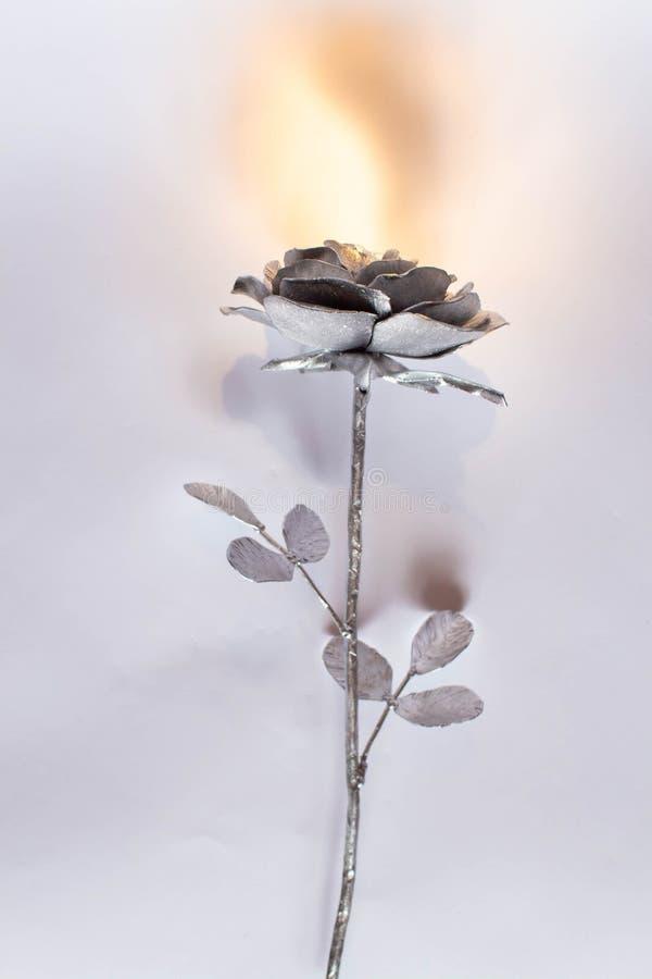 A m?o forjada aumentou Feito a m?o de Rosa forjado do metal em uma parte traseira branca foto de stock royalty free