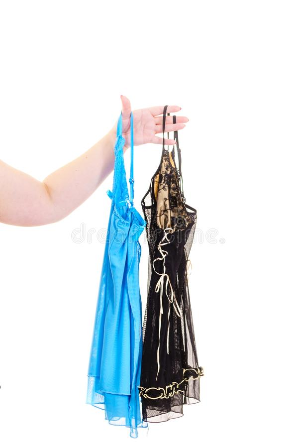 M?o que guarda o nightwear do cetim fotos de stock royalty free
