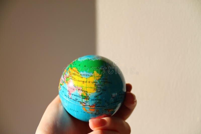 M?o que guardara o globo imagens de stock royalty free