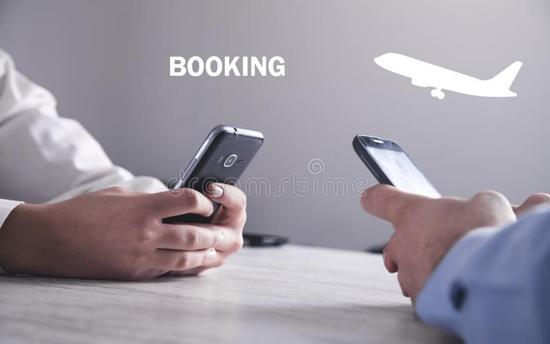 M?o usando o smartphone Bilhete de compra do voo booking fotos de stock royalty free