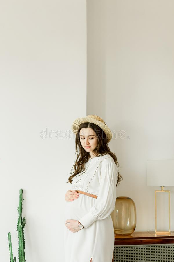 M?oda ?adna kobieta w ci??y w kapeluszowej trwanie pobliskiej kaktus ?cianie obrazy royalty free