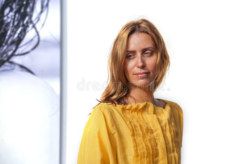 M?oda atrakcyjna i pi?kna profesjonalisty modela kobieta pozuje b?d?cy ubranym s?odk? kolor ? zdjęcie royalty free