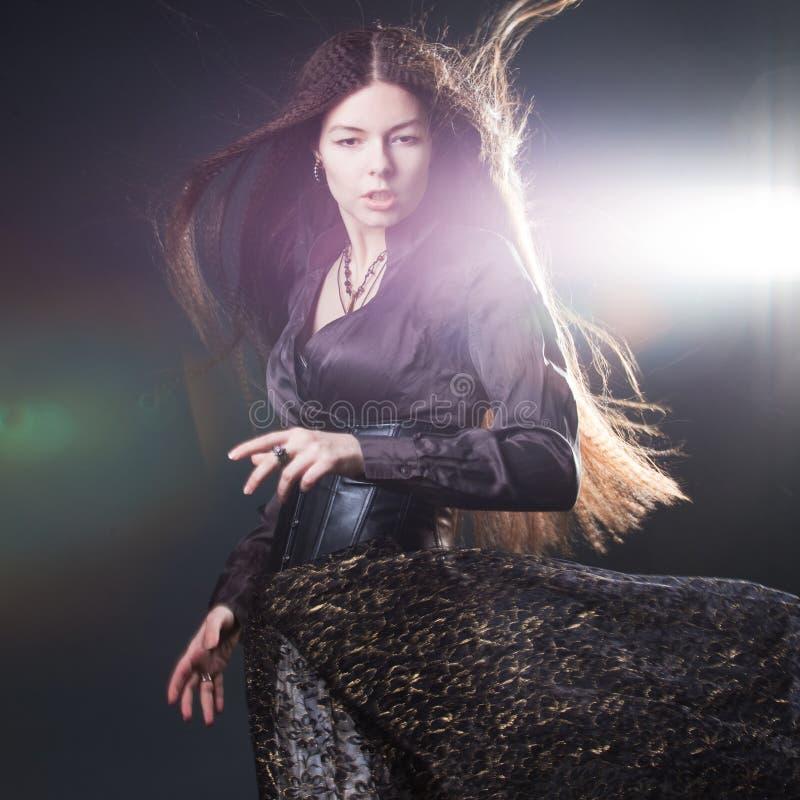 M?oda atrakcyjna kobieta z d?ugie w?osy jak czarownica Femme brunetka, mistyczny fantazja styl zdjęcia royalty free
