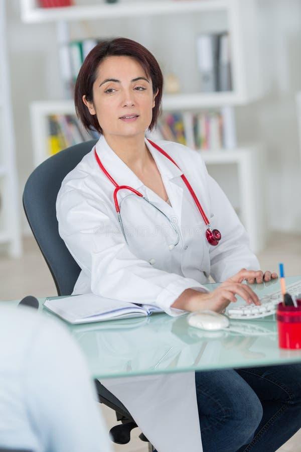 M?oda atrakcyjna kobiety lekarka z stetoskopem na szyi obrazy royalty free