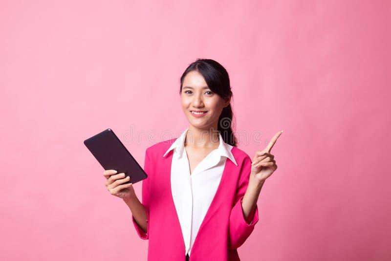 M?oda Azjatycka kobieta z komputerow? pastylk? zdjęcie royalty free