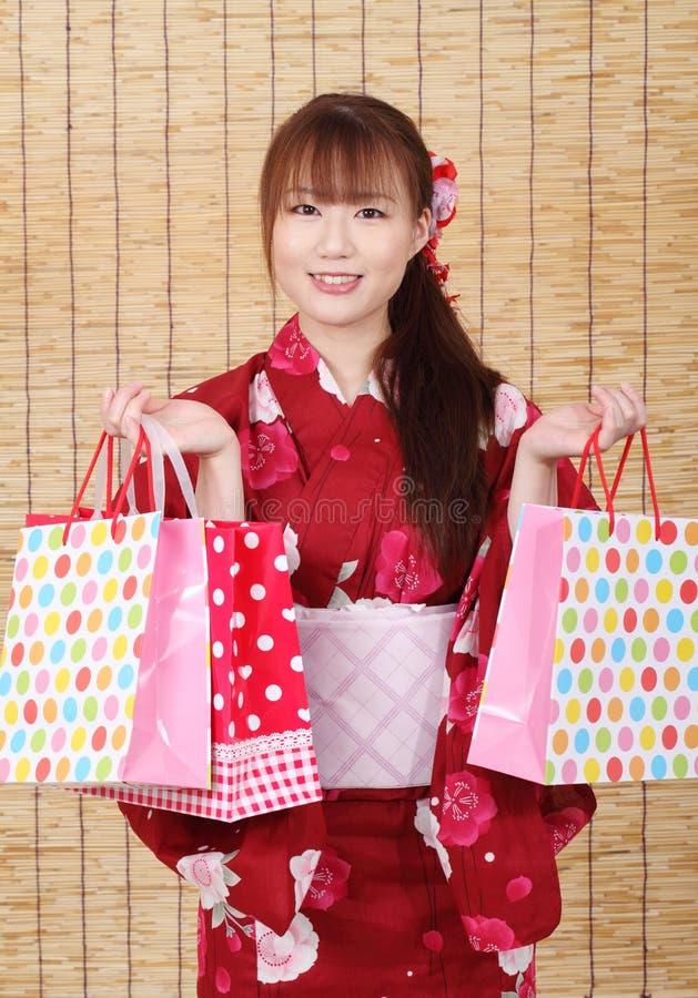 Młoda azjatykcia kobieta w kimonie