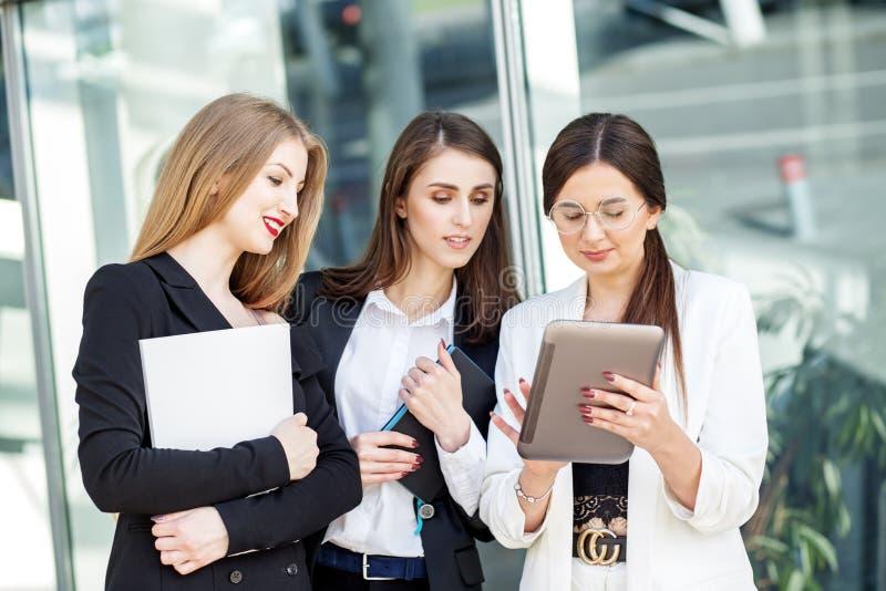 M?oda biznes dru?yna pracuje na projekcie Pojęcie dla biznesu, marketingu, finanse, pracy, kolegów i styl życia, zdjęcia royalty free