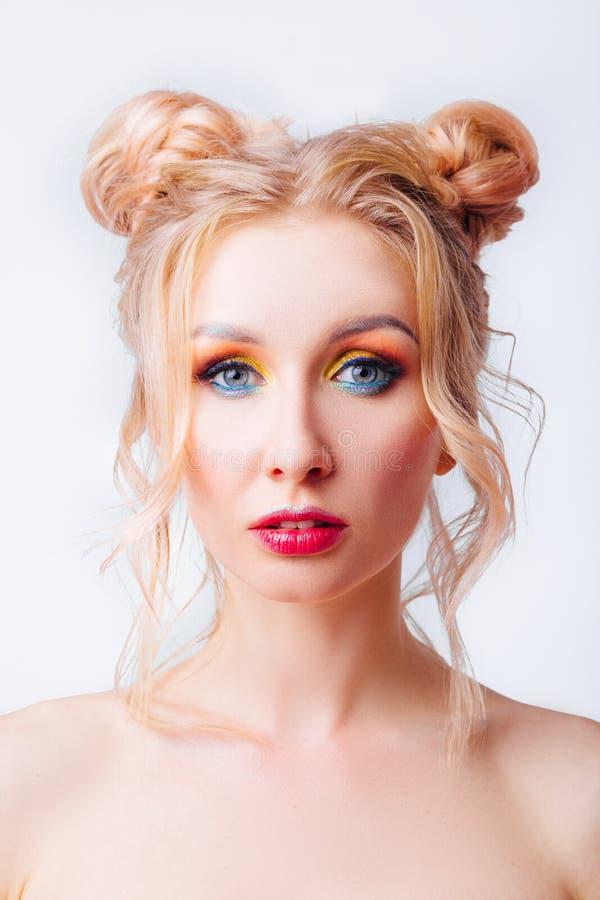 M?oda blondynki dziewczyna z oryginaln? fryzur? jaskrawym fachowym makeup i zdjęcia royalty free