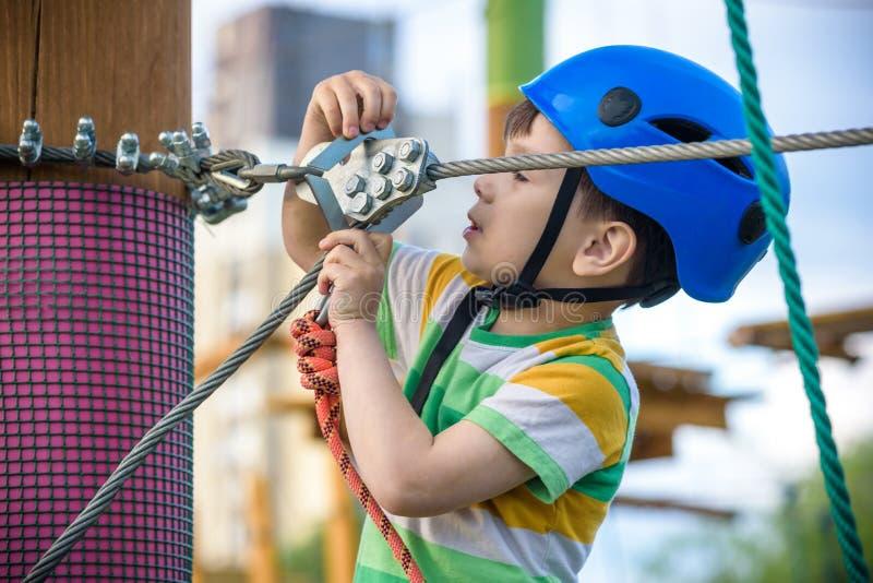 M?oda ch?opiec bawi? si? zabaw? robi aktywno?? outdoors i ma Szcz??cie i szcz??liwy dzieci?stwa poj?cie zdjęcie stock