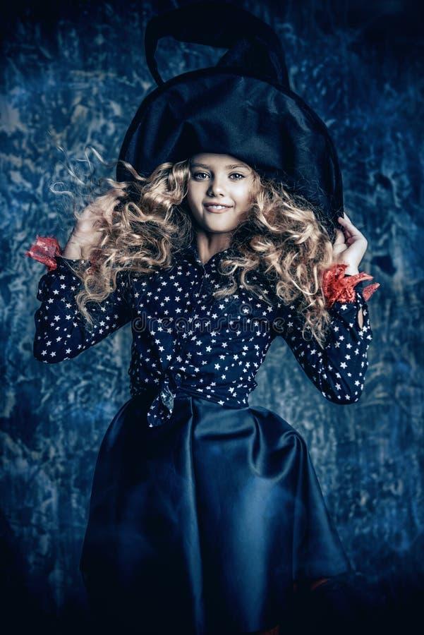 M?oda czarownica w kapeluszu zdjęcie stock