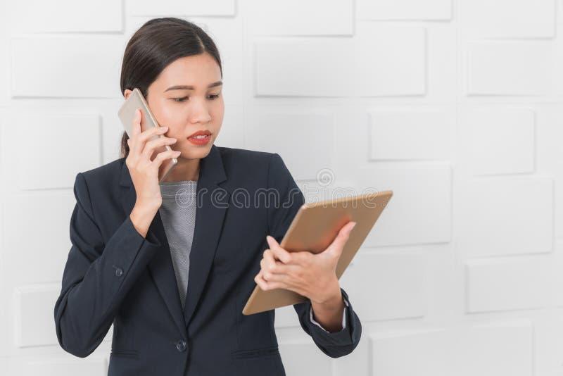 M?oda dama pracuje przy biurem zdjęcia stock