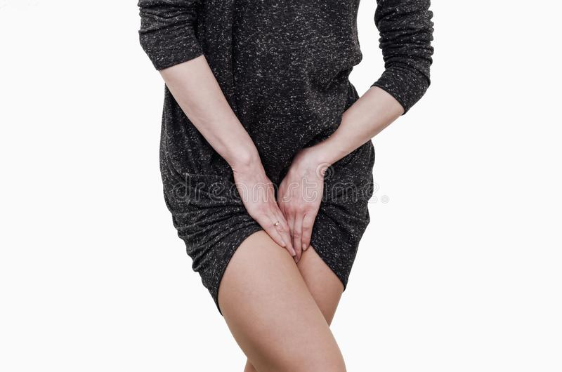 M?oda dziewczyna, bolesny b?l w macicie, podbrzusze, trzyma jej crotch naciskaj?cy niski podbrzusze Medyczny lub ginekologiczny obraz royalty free