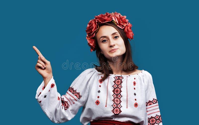 M?oda dziewczyna w Ukrai?skim krajowym kostiumu fotografia stock