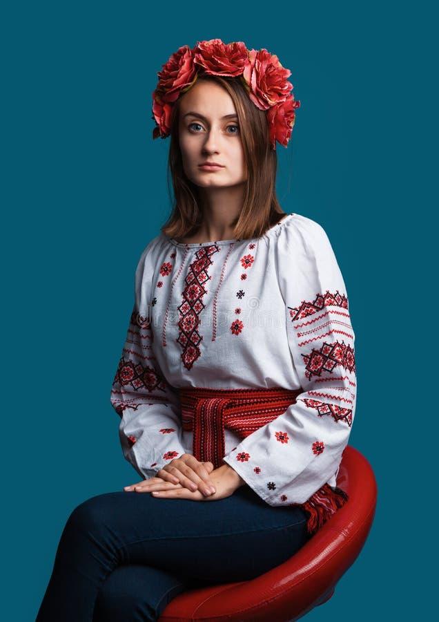 M?oda dziewczyna w Ukrai?skim krajowym kostiumu fotografia royalty free