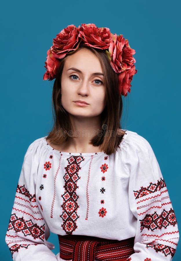 M?oda dziewczyna w Ukrai?skim krajowym kostiumu obrazy royalty free