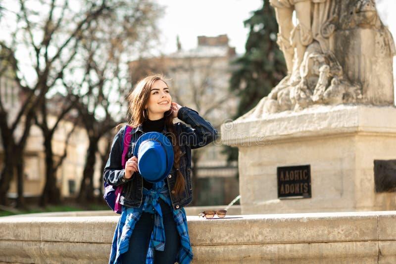 M?oda elegancka kobieta w b??kitnym kapeluszu, chodzi na starej grodzkiej ulicie 1990 buduj?cych Lviv opery theatre Ukraine obrazy royalty free