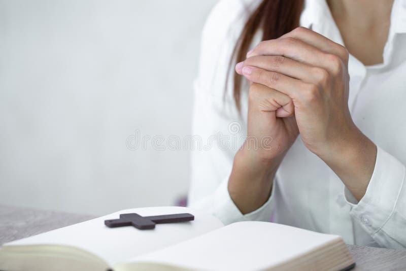 M?oda istota ludzka wr?cza modlenie b?g, Chrze?cija?ski religii poj?cia t?o obrazy stock