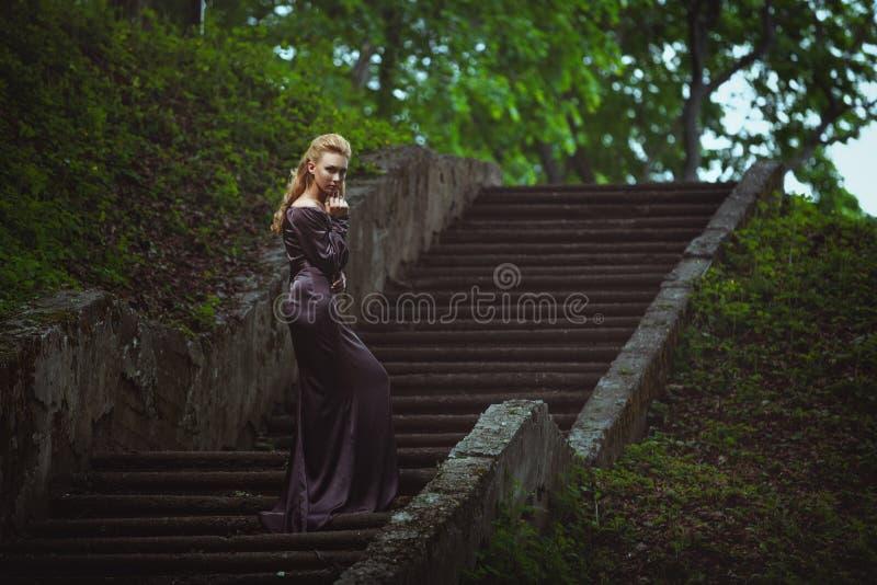 Download Młoda Kobieta Na Drabinie W Drewnie Obraz Stock - Obraz złożonej z potomstwa, wzrost: 65225329