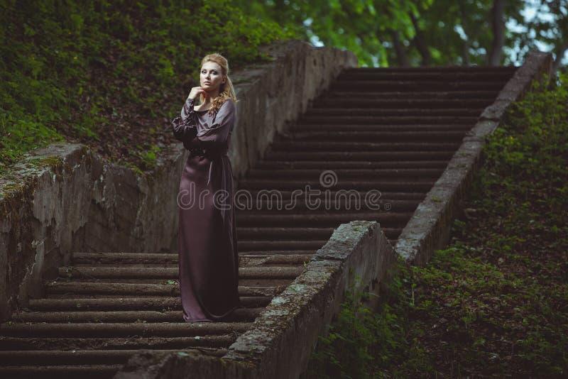 Download Młoda Kobieta Na Drabinie W Drewnie Obraz Stock - Obraz złożonej z elegancki, ładny: 65225343