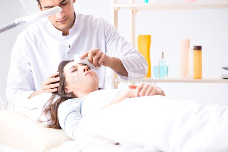 M?oda kobieta odwiedza samiec doktorskiego cosmetologist zdjęcia stock