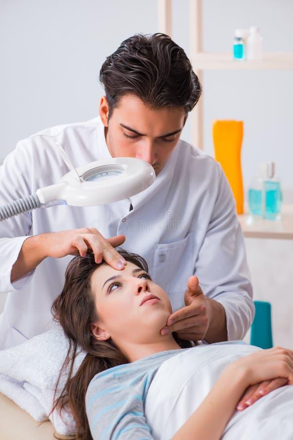 M?oda kobieta odwiedza samiec doktorskiego cosmetologist zdjęcie stock