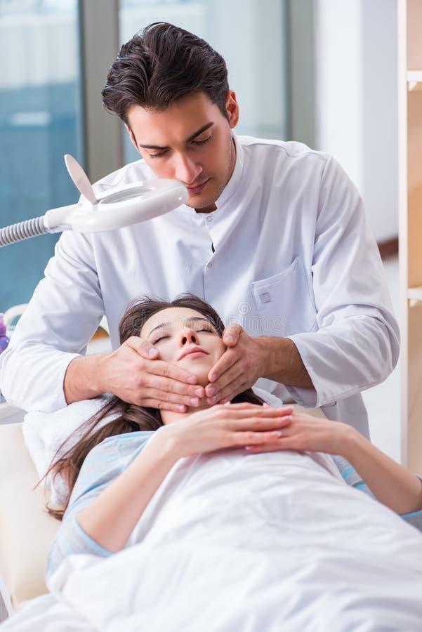 M?oda kobieta odwiedza samiec doktorskiego cosmetologist zdjęcie royalty free