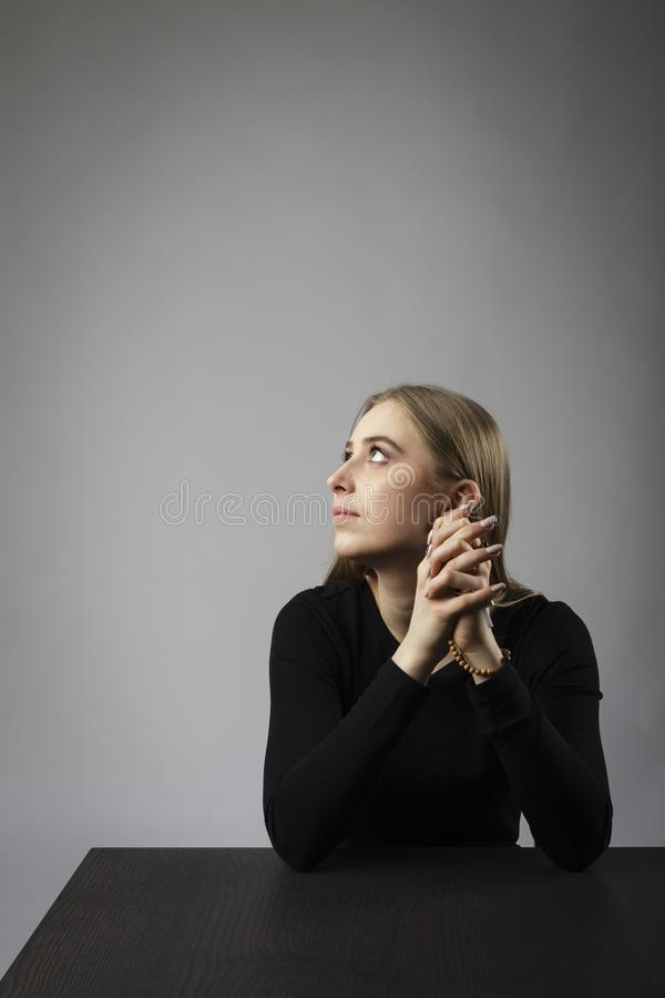 M?oda kobieta ono modli si? z r??an?w koralikami zdjęcia royalty free
