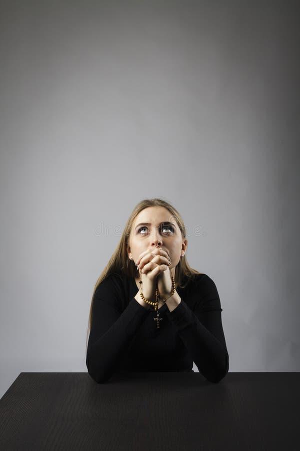 M?oda kobieta ono modli si? z r??an?w koralikami obrazy stock