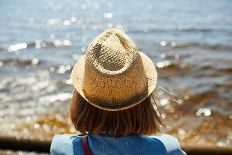 M?oda kobieta patrzeje morze obraz royalty free