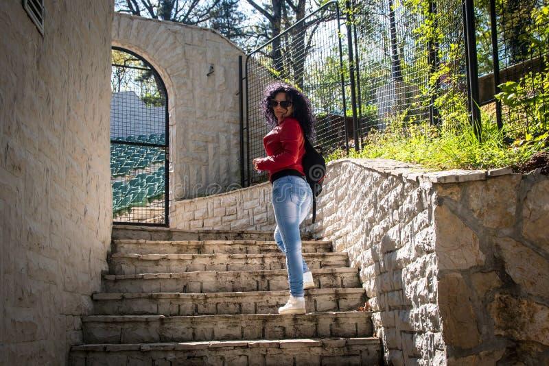 M?oda kobieta stojaki na kamiennych schodkach zdjęcie royalty free