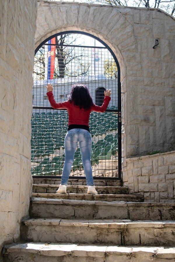 M?oda kobieta stojaki na kamiennych schodkach fotografia royalty free