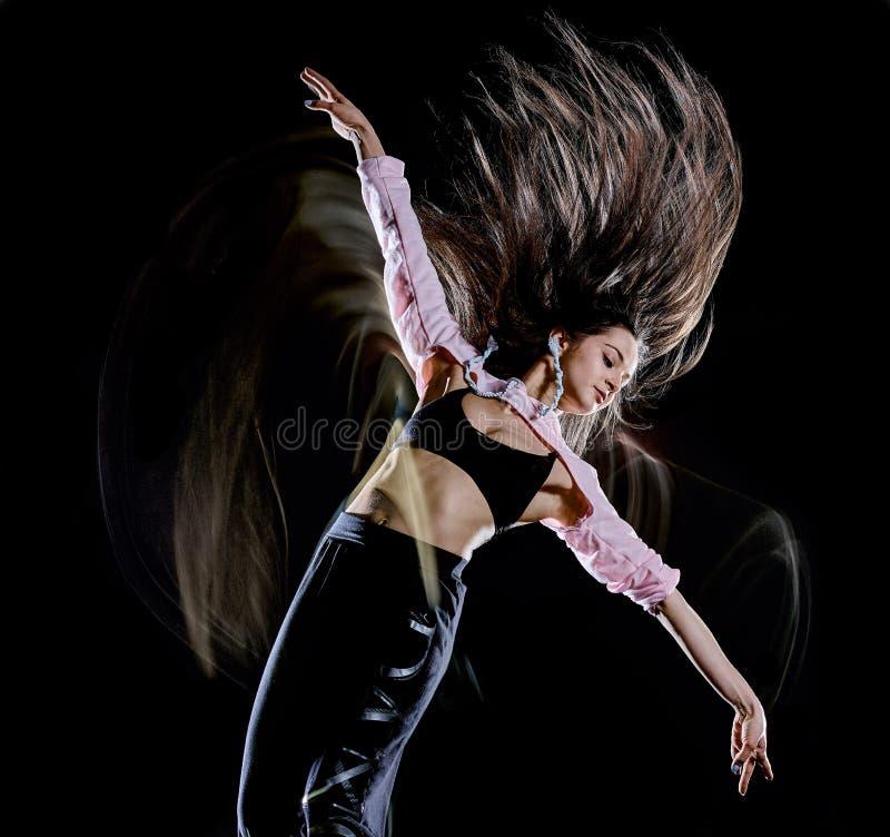 M?oda kobieta tancerza t?a ?wiat?a nowo?ytny taniec odizolowywaj?cy czarny obraz zdjęcia stock