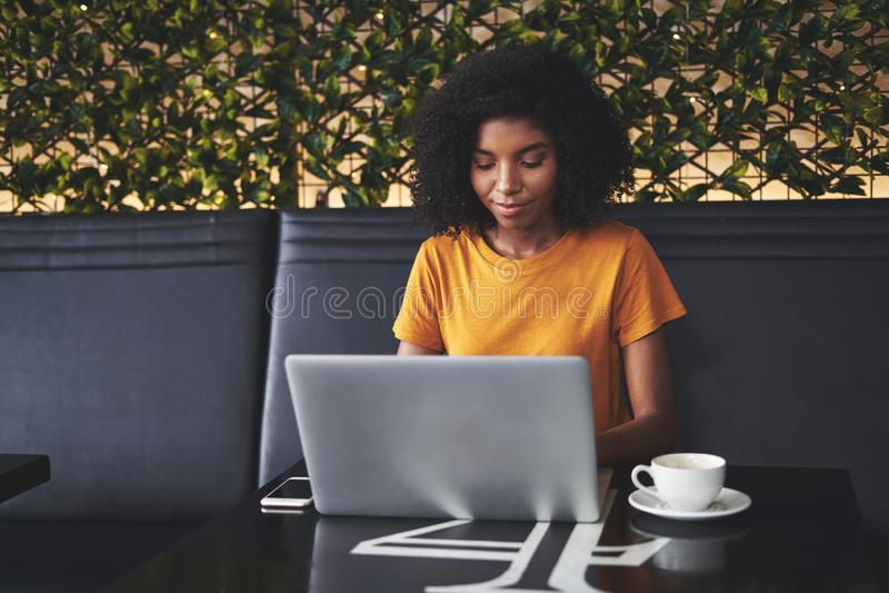 M?oda kobieta u?ywa laptop w kawiarni obrazy stock