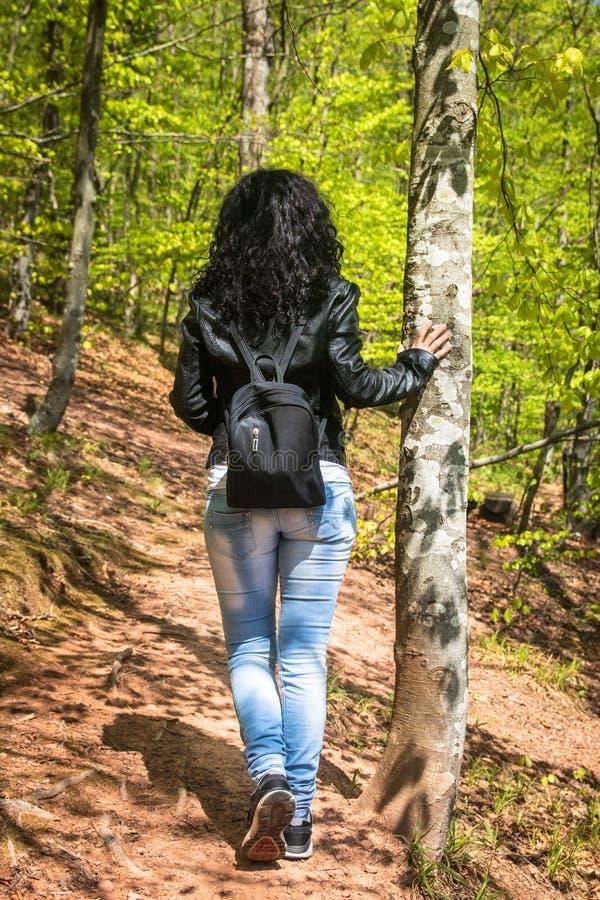 M?oda kobieta w czarnej sk?rzanej kurtce i przypadkowej odzie?y zdjęcia royalty free
