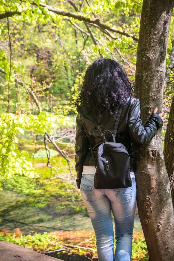 M?oda kobieta w czarnej sk?rzanej kurtce i przypadkowej odzie?y zdjęcie royalty free