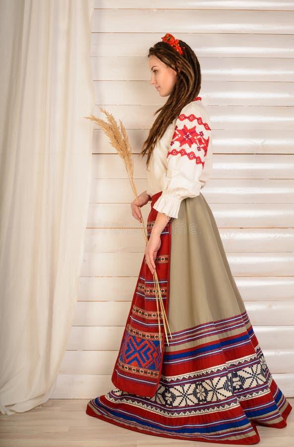 Download Młoda Kobieta W Slawistycznego Belarusian Kostiumu Krajowym Oryginalnym Studiu Obraz Stock - Obraz złożonej z historia, piękno: 53780053