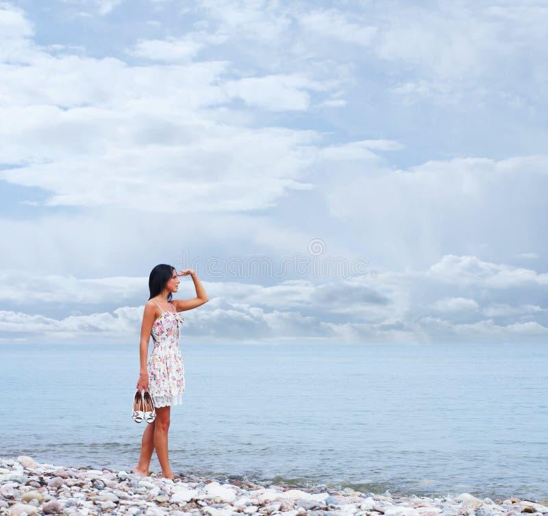 Download Młoda Kobieta W Sukni Na Dennym Tle Obraz Stock - Obraz złożonej z emocjonalny, ciało: 28963845