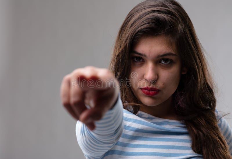 M?oda kobieta wskazuje accusatory palec zdjęcie royalty free