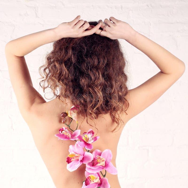 Download Młoda kobieta z kwiatami zdjęcie stock. Obraz złożonej z femaleness - 28955602