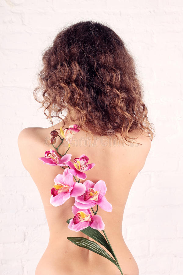 Download Młoda kobieta z kwiatami zdjęcie stock. Obraz złożonej z odosobniony - 28955682