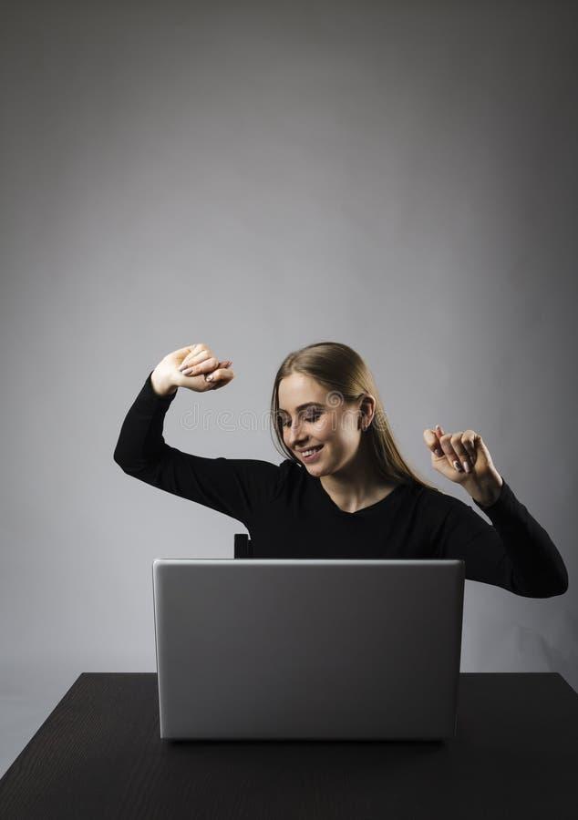 M?oda kobieta z laptopem z podnieceniem kobieta zdjęcie stock