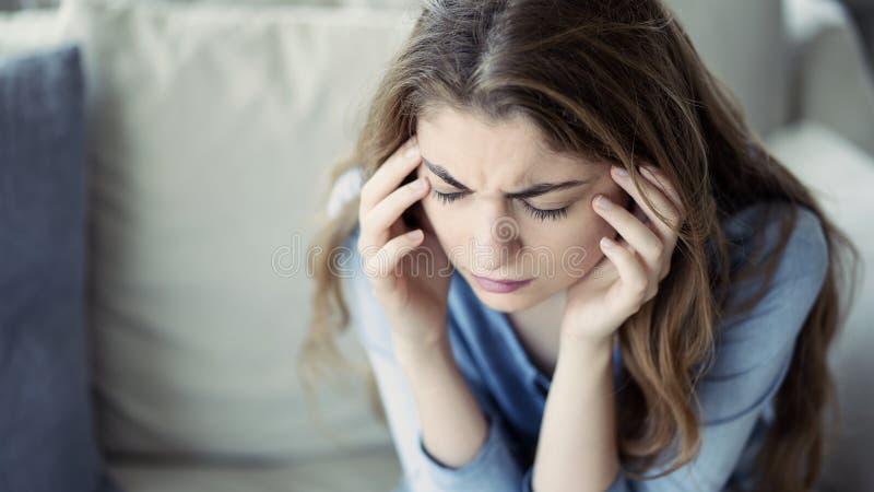 M?oda kobieta z migren? w domu zdjęcie royalty free