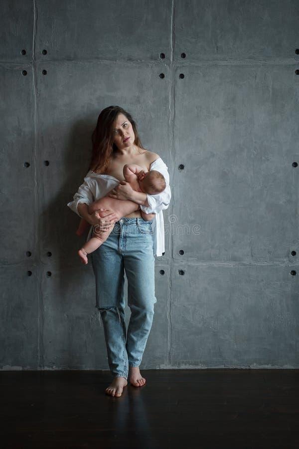 M?oda matka breastfeeds dziecka obraz stock