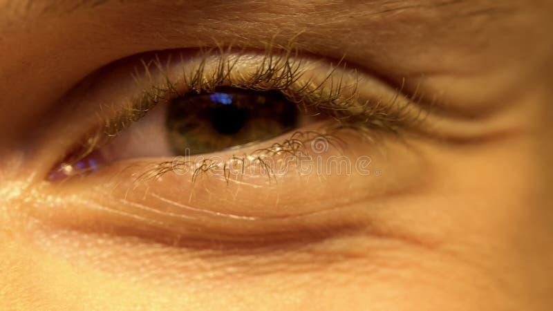 M?oda osoba ma biednego wzrok, mru?y oczy, okulistyka, ekstremum w g?r? fotografia stock